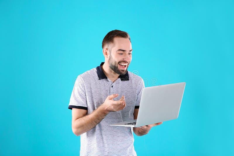 使用膝上型计算机的人视频聊天的 库存照片