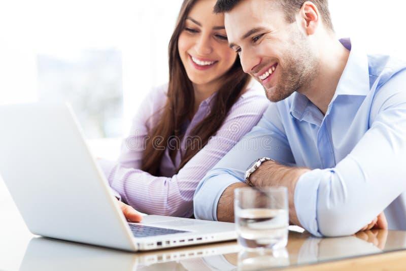 使用膝上型计算机的企业夫妇 库存图片