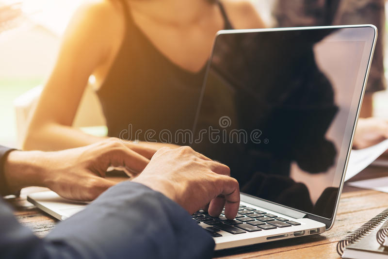 使用膝上型计算机的商人在业务会议 免版税图库摄影