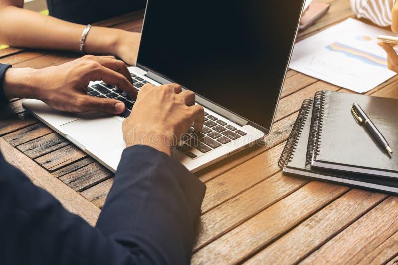 使用膝上型计算机的商人在业务会议 库存图片