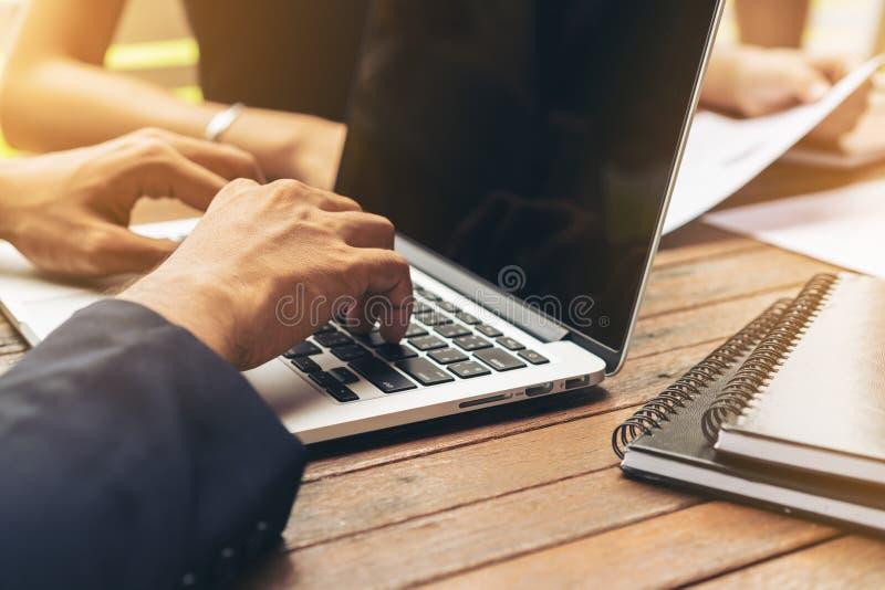 使用膝上型计算机的商人在业务会议 库存照片