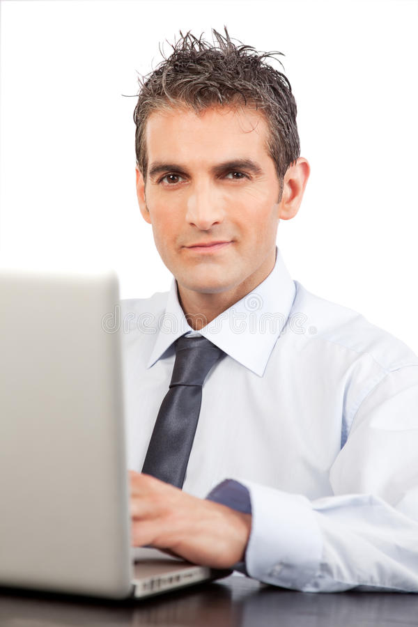 使用膝上型计算机的商人在工作 免版税库存图片