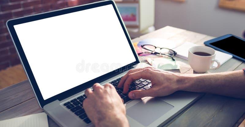 使用膝上型计算机的图表设计师的播种的手 免版税库存照片