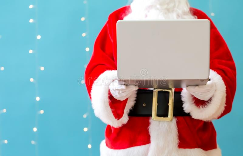 使用膝上型计算机的圣诞老人 图库摄影