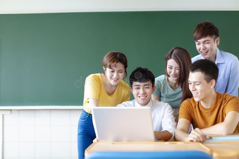 使用膝上型计算机的大学生在教室 免版税图库摄影