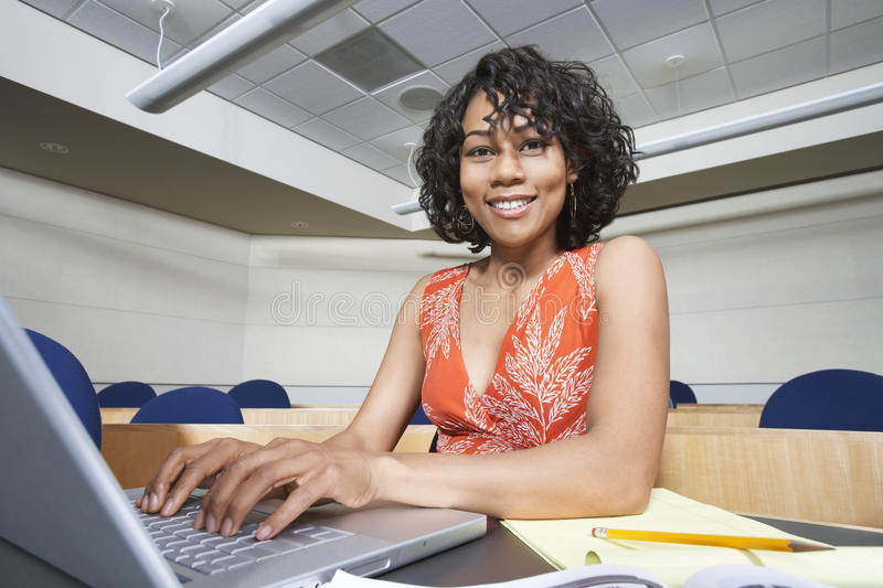 使用膝上型计算机的女学生 免版税图库摄影