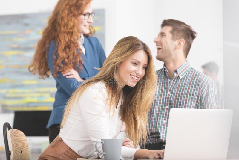 使用膝上型计算机的女实业家在会议期间 免版税库存照片