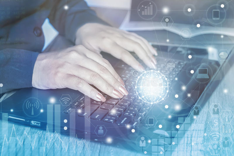 使用膝上型计算机的女实业家连接互联网,数字式媒介背景 免版税库存图片