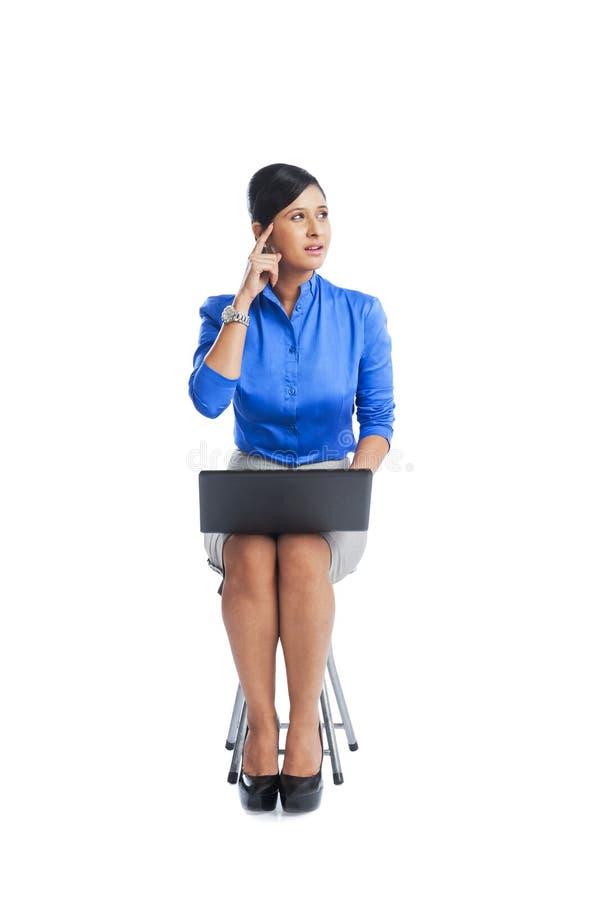 使用膝上型计算机的女实业家 免版税库存照片