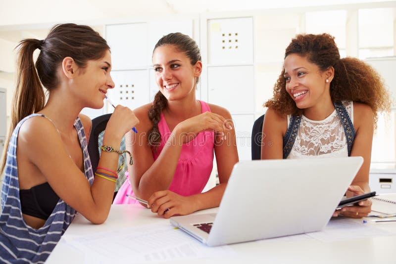 使用膝上型计算机的妇女在现代办公室开始事务 库存照片