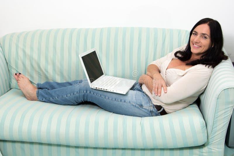 使用膝上型计算机的妇女 图库摄影