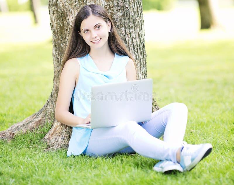 使用膝上型计算机的妇女 免版税库存照片