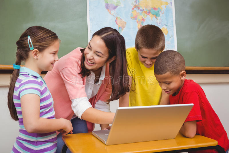 使用膝上型计算机的学生和老师 库存照片