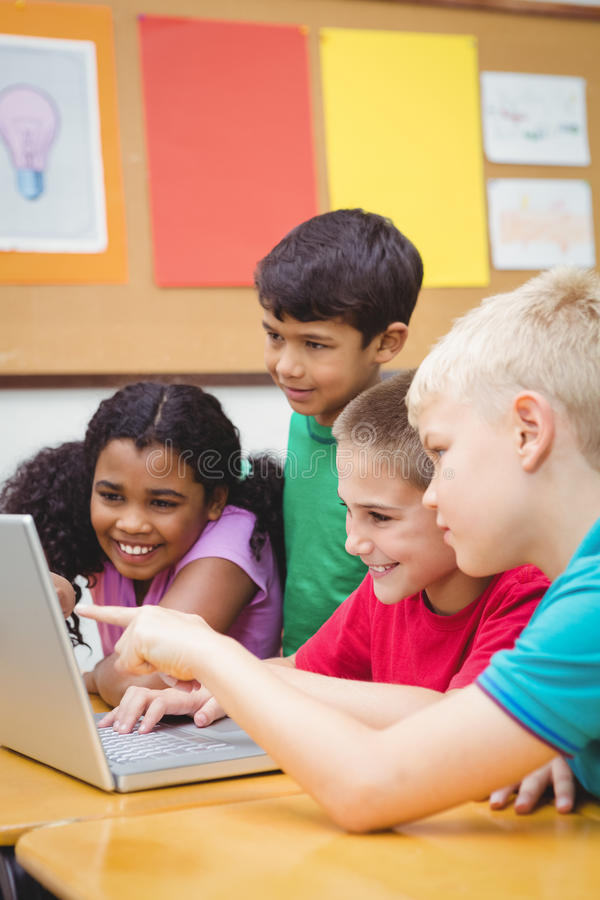 使用膝上型计算机的学生在类 图库摄影