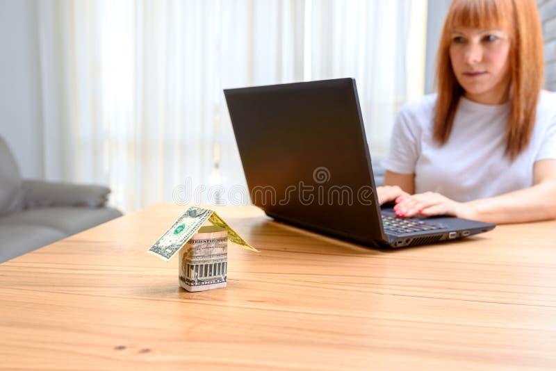 使用膝上型计算机的愉快的妇女 买家的概念,不动产活动,会见顾问,新的家 免版税库存照片