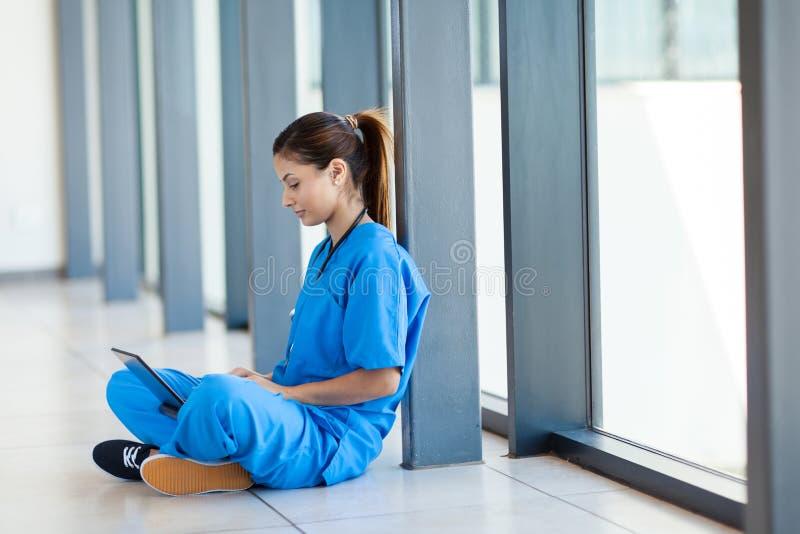 使用膝上型计算机的护士 库存照片