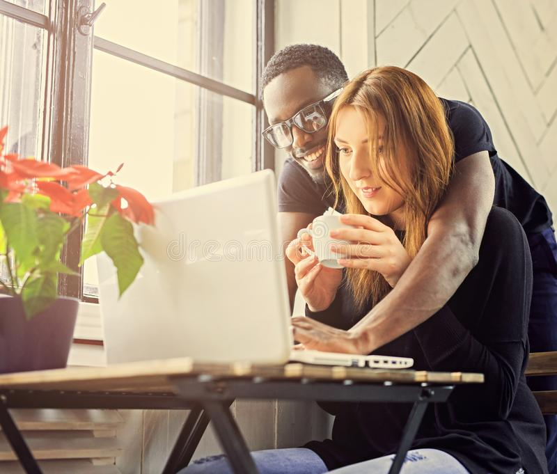 使用膝上型计算机的男性和女学生 库存照片