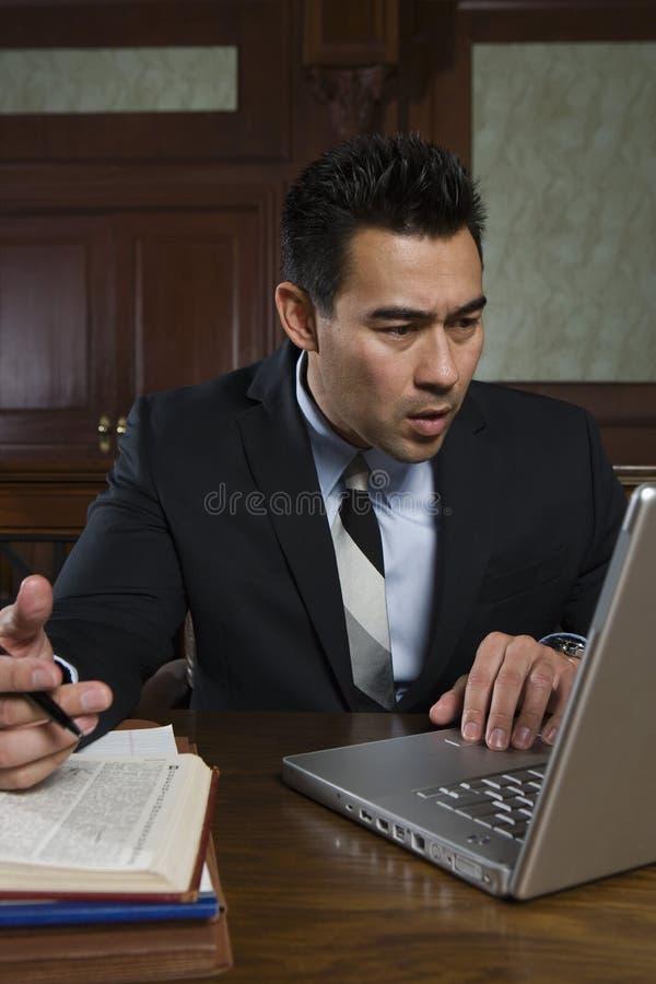 使用膝上型计算机的男性提倡者 图库摄影