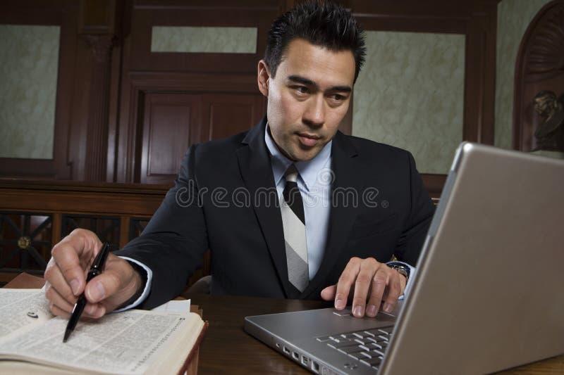 使用膝上型计算机的男性提倡者 免版税图库摄影