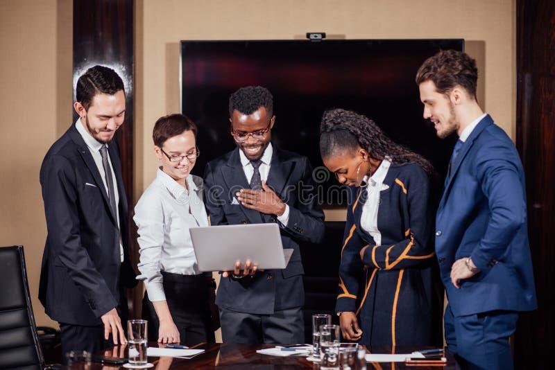 使用膝上型计算机的聪明的商务伙伴在会议上 免版税图库摄影