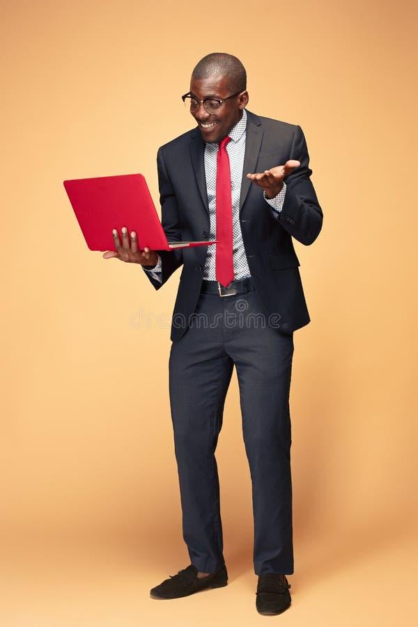 使用膝上型计算机的英俊的美国黑人的人 免版税库存图片