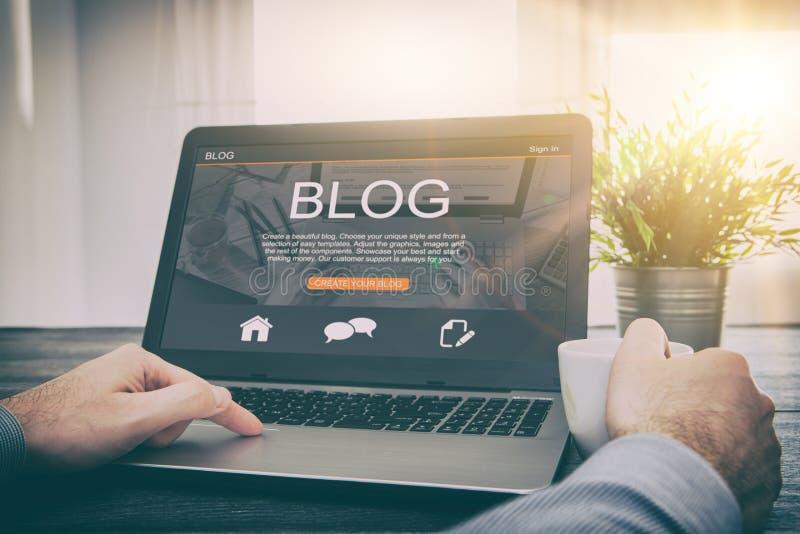 使用膝上型计算机的Blogging博克词编码人编制程序 免版税库存图片
