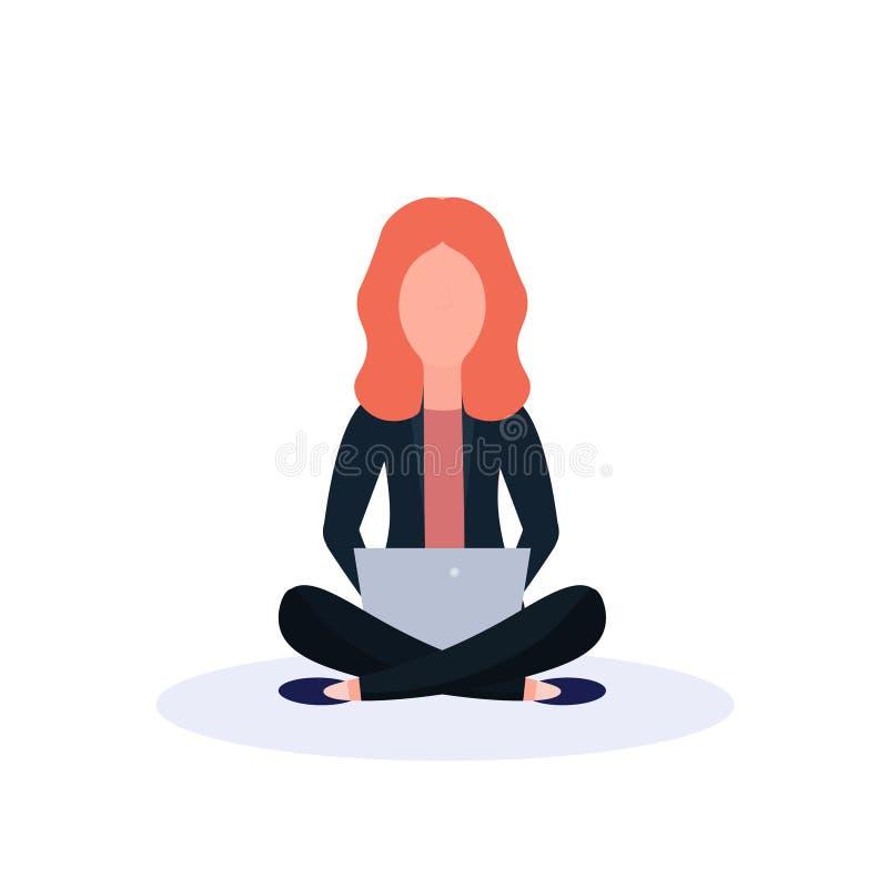 使用膝上型计算机被隔绝的女性匿名的卡通人物舱内甲板的红头发人妇女坐的姿势 向量例证