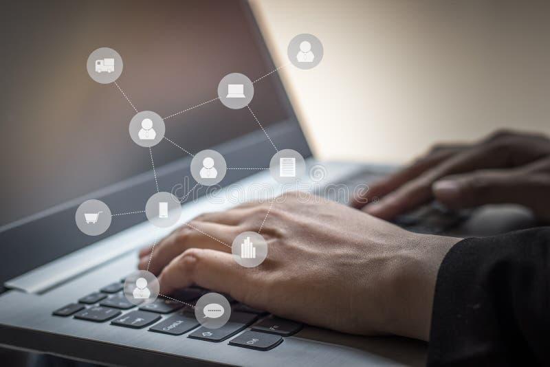 使用膝上型计算机连接的人民的企业手有数字式worldw的 免版税库存图片