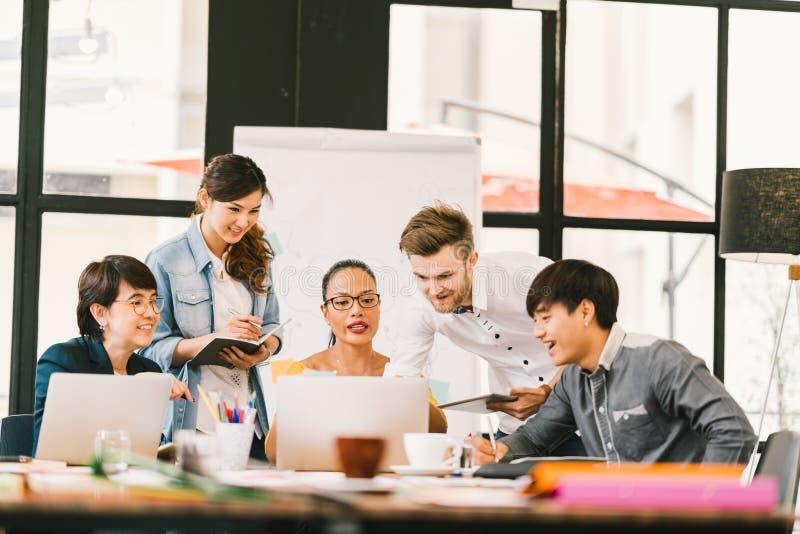使用膝上型计算机,数字式片剂的不同种族的队讨论 工友合作,大学生会议 小企业概念 库存图片