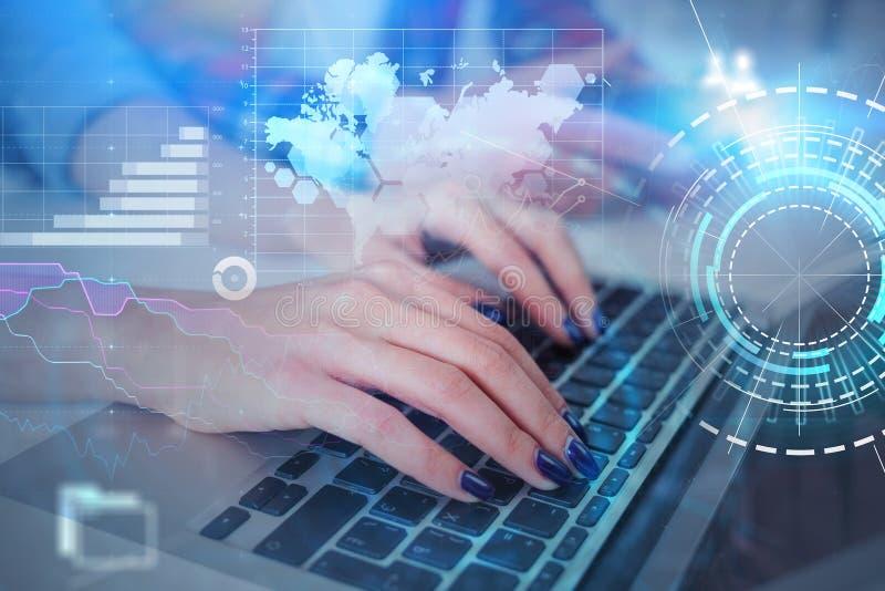 使用膝上型计算机,hud企业接口的妇女 免版税库存照片