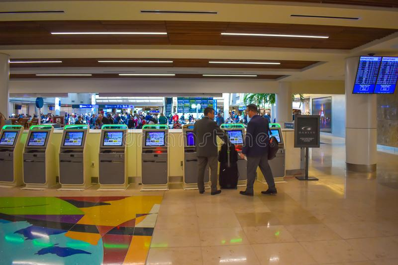 使用自已服务检查inat奥兰多国际机场3的商人 免版税库存图片