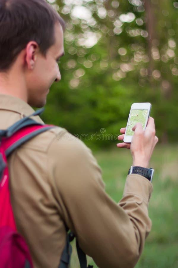 使用航海app的游人 免版税图库摄影