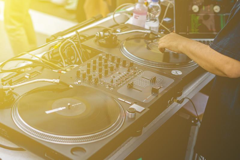 使用葡萄酒甲板设定转盘, Dj递戏剧在夏天海滩党的音乐震动 图库摄影