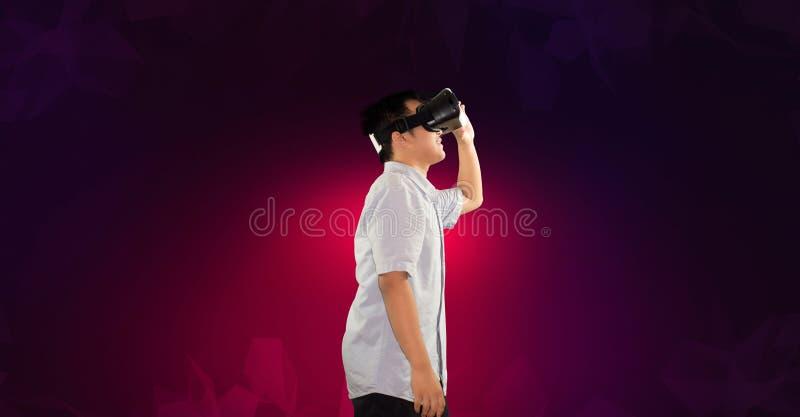 使用虚拟现实侧视图身体的一个千福年的少年 免版税库存图片