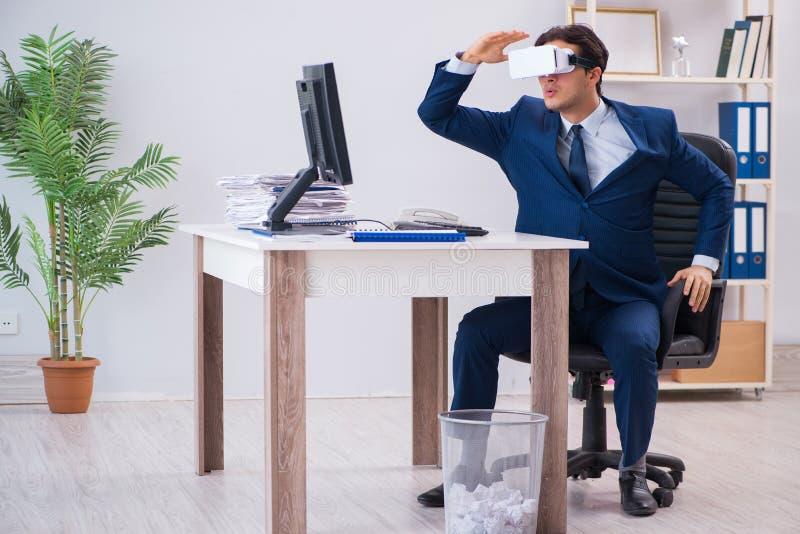 使用虚拟现实玻璃的雇员在办公室 免版税库存照片