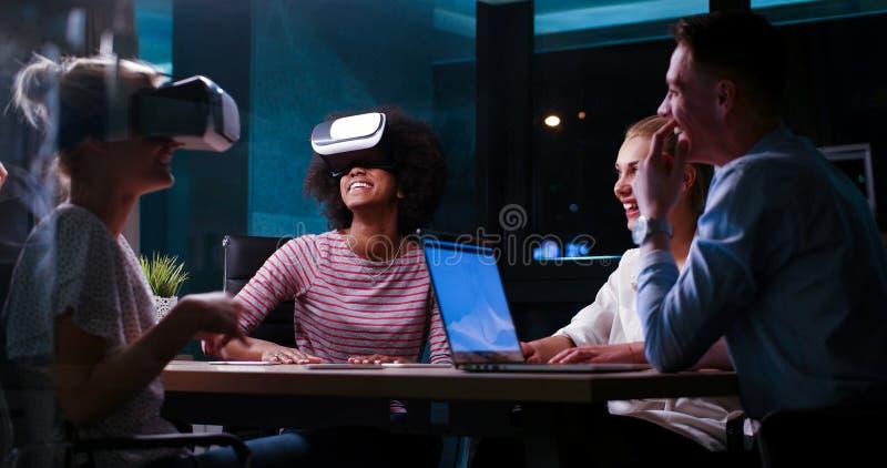 使用虚拟现实耳机的不同种族的企业队 库存图片