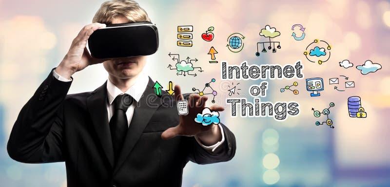 使用虚拟现实,事互联网发短信与商人 库存图片