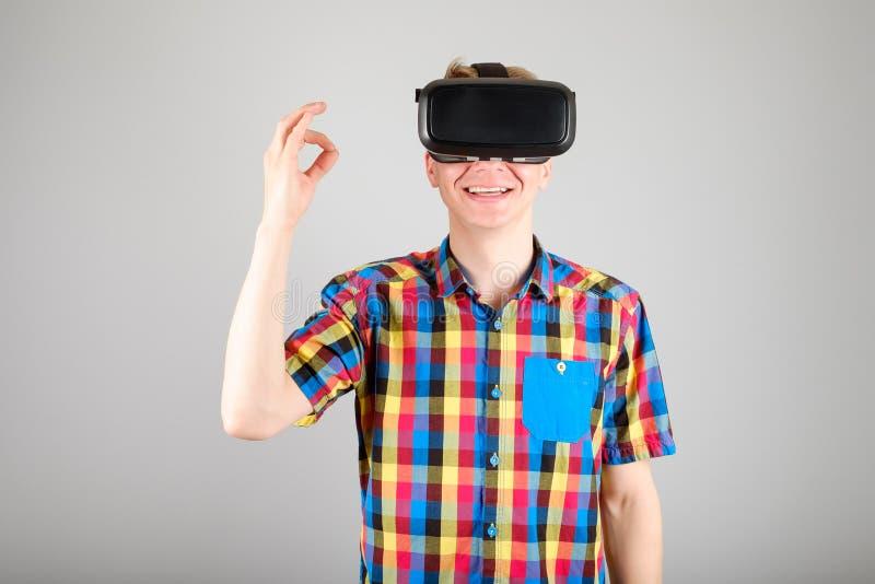 Download 使用虚拟现实玻璃的人 库存照片. 图片 包括有 兴奋, 经验, 招待, 休闲, 英俊, 生活方式, gamer - 72361566