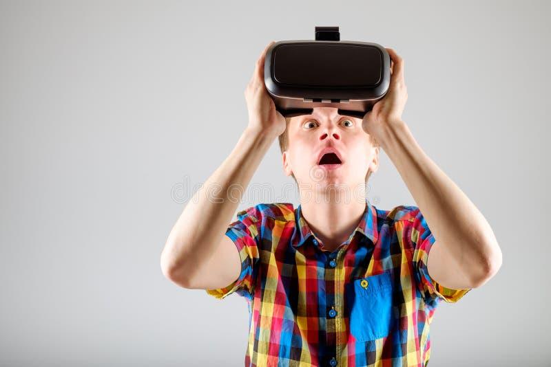 Download 使用虚拟现实玻璃的人 库存照片. 图片 包括有 查出, 电子, 藏品, 喜悦, 愉快, 经验, 表达式, 招待 - 72361578