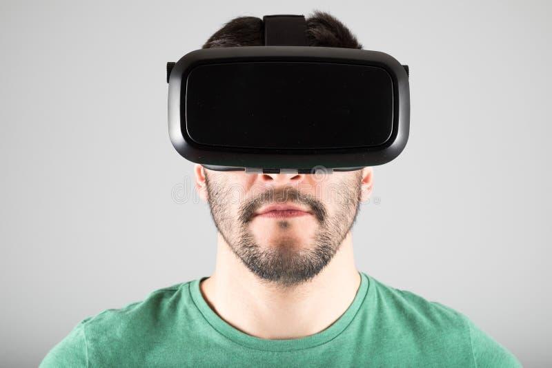 Download 使用虚拟现实玻璃的人 库存照片. 图片 包括有 未来派, 白种人, 查出, 幻觉, 行家, 英俊, 赌博 - 72361912