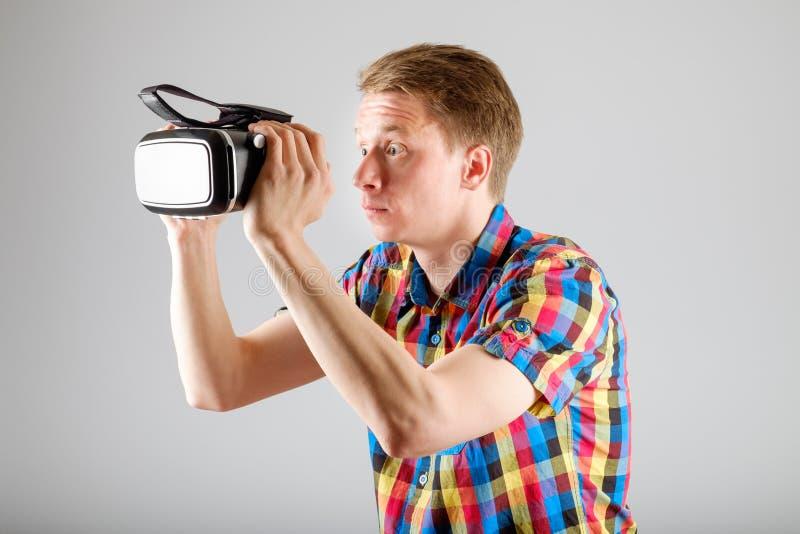 Download 使用虚拟现实玻璃的人 库存照片. 图片 包括有 乐趣, 幻觉, 生活方式, 愉快, 藏品, 电子, 风镜 - 72362030