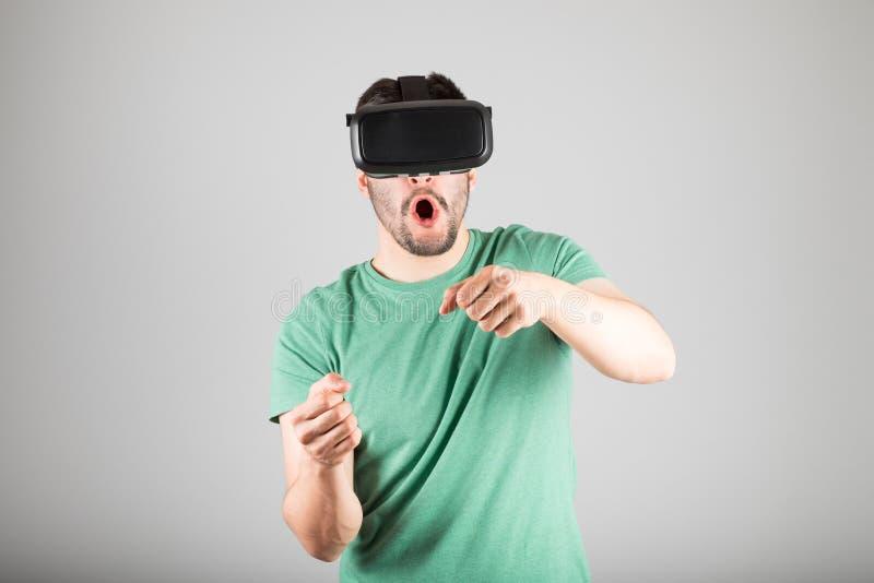 Download 使用虚拟现实玻璃的人 库存图片. 图片 包括有 小配件, 乐趣, 浸没, 数字式, 经验, 玻璃, 远期 - 72362069