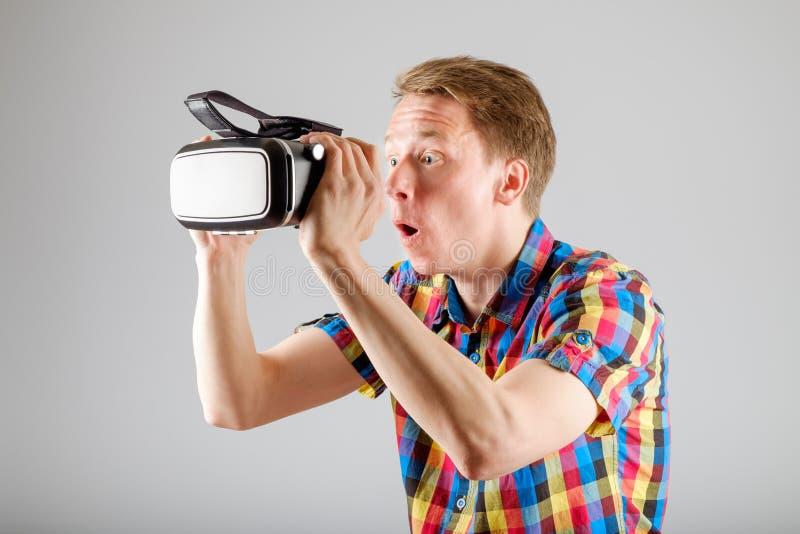 Download 使用虚拟现实玻璃的人 库存图片. 图片 包括有 愉快, 赌博, 小配件, 行家, 乐趣, 经验, 表达式 - 72362123