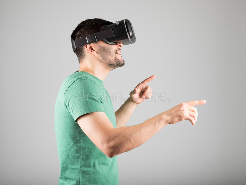 Download 使用虚拟现实玻璃的人 库存照片. 图片 包括有 招待, 风镜, 经验, 远期, 英俊, 浸没, 设备, beaufort - 72362182