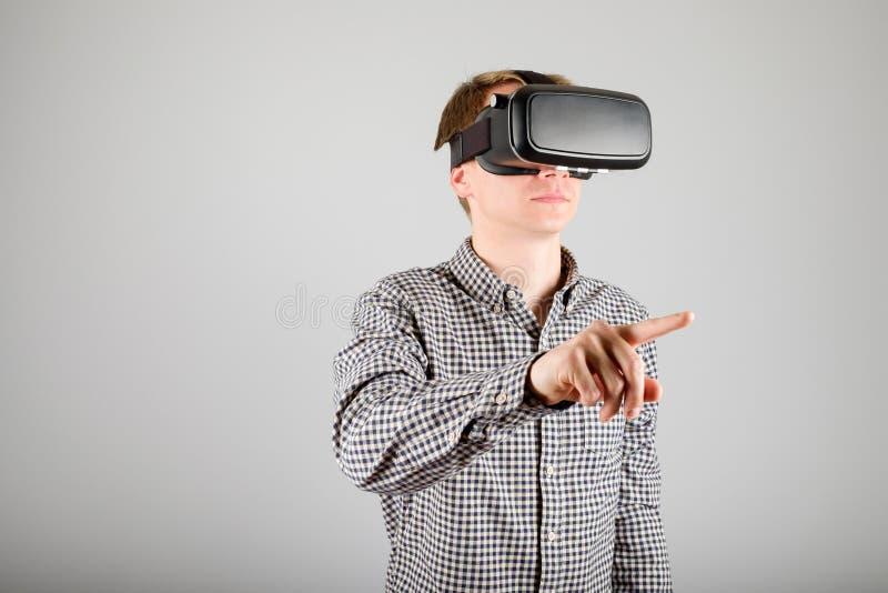 Download 使用虚拟现实玻璃的人 库存照片. 图片 包括有 背包, 表达式, 招待, 未来派, 远期, 小配件, 愉快 - 72363290