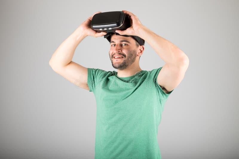 Download 使用虚拟现实玻璃的人 库存图片. 图片 包括有 设备, 耳机, 休闲, 未来派, 行家, 表达式, 查出 - 72363343