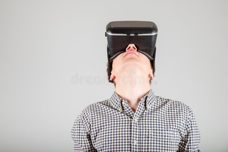 Download 使用虚拟现实玻璃的人 库存照片. 图片 包括有 创新, 幻觉, 小配件, 表达式, 生活方式, 白种人, 背包 - 72363508