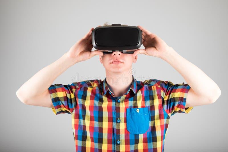 Download 使用虚拟现实玻璃的人 库存照片. 图片 包括有 生活方式, 经验, 设备, 喜悦, 创新, gamer, 行家 - 72363518