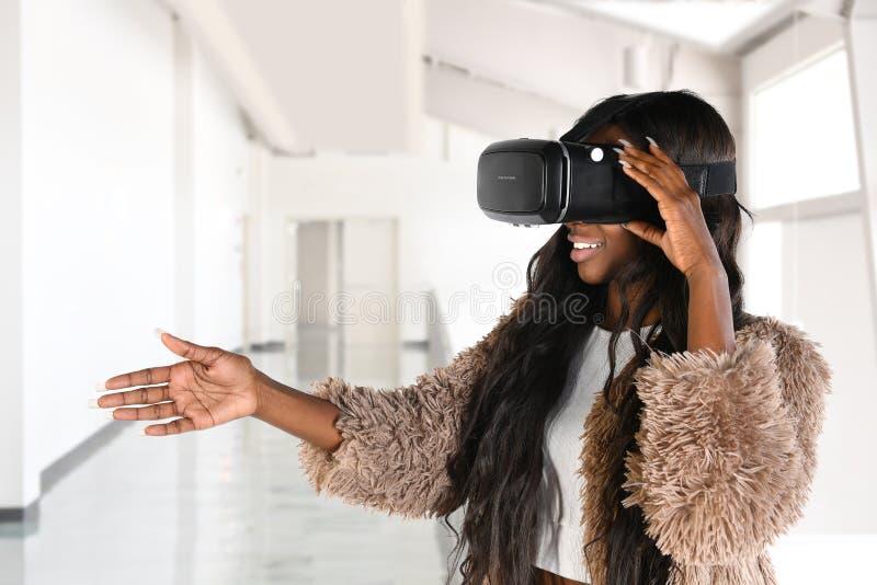 使用虚拟现实玻璃的非裔美国人的女实业家 免版税库存图片