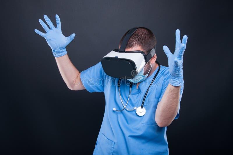 使用虚拟现实玻璃的医生行动疯狂或惊吓 库存图片